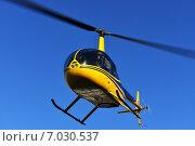 Купить «Ярко-желтый вертолет Robinson R44 в синем небе», фото № 7030537, снято 18 февраля 2015 г. (c) Валерия Попова / Фотобанк Лори