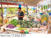 Купить «Продавец овощей и фруктов на рынке в Мале», фото № 7032577, снято 12 февраля 2013 г. (c) Сергей Дубров / Фотобанк Лори