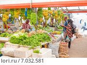 Купить «Семейная пара мальдивцев покупает овощи и фрукты на рынке», фото № 7032581, снято 12 февраля 2013 г. (c) Сергей Дубров / Фотобанк Лори