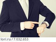 Купить «man looking at wristwatch», фото № 7032653, снято 21 марта 2013 г. (c) Syda Productions / Фотобанк Лори