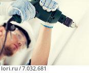 Купить «man drilling the wall», фото № 7032681, снято 5 июня 2013 г. (c) Syda Productions / Фотобанк Лори