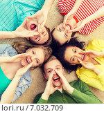 Купить «smiling people lying down on floor and screaming», фото № 7032709, снято 29 марта 2014 г. (c) Syda Productions / Фотобанк Лори