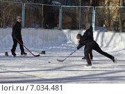 Купить «Мальчики играют в хоккей на дворовом катке в городе Железнодорожном (Балашихе) Московской области», эксклюзивное фото № 7034481, снято 17 февраля 2015 г. (c) Наталья Горкина / Фотобанк Лори