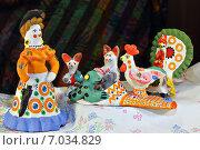 Купить «Дымковская игрушка. Барыня, индюк и рукавичка», фото № 7034829, снято 14 февраля 2015 г. (c) Виктор Кощеев / Фотобанк Лори