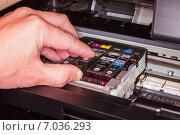 Замена картриджа в печатающей головке струйного принтера, эксклюзивное фото № 7036293, снято 20 февраля 2015 г. (c) Константин Косов / Фотобанк Лори