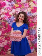 Купить «Красивая девушка протягивает подарок», фото № 7040117, снято 5 февраля 2015 г. (c) Алексей Назаров / Фотобанк Лори
