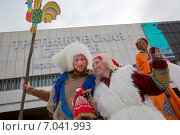 """Купить «Артисты с куклой Масленицы на фоне фасада Третьяковской галереи во время празднования Широкой Масленицы на Крымской набережной в парке """"Музеон"""" в центре города Москвы», фото № 7041993, снято 22 февраля 2015 г. (c) Николай Винокуров / Фотобанк Лори"""