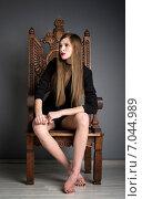 Красивая девушка с длинными русыми волосами с надменным лицом сидит на троне. Стоковое фото, фотограф Анастасия Кузьмина / Фотобанк Лори
