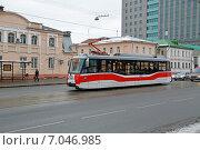 Трамвай ЛМ-2008 (71-153) маршрута 35 идет по Дубининской улице в Москве (2015 год). Редакционное фото, фотограф Александр Замараев / Фотобанк Лори
