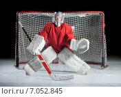 Купить «Молодой хоккеист в состоянии готовности на темном фоне», фото № 7052845, снято 2 февраля 2015 г. (c) Андрей Батурин / Фотобанк Лори