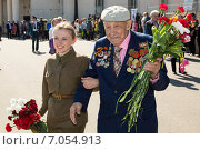 Купить «Девушка помогает ветерану», эксклюзивное фото № 7054913, снято 9 мая 2014 г. (c) Михаил Ворожцов / Фотобанк Лори