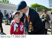 Мальчик поздравляет ветерана с Днем Победы (2014 год). Редакционное фото, фотограф Михаил Ворожцов / Фотобанк Лори