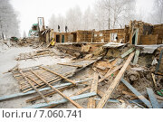 Купить «Старый корпус. Снос деревянного дома», фото № 7060741, снято 26 февраля 2015 г. (c) Алексей Маринченко / Фотобанк Лори