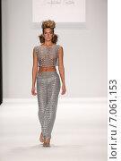 Купить «NEW YORK, NY - FEBRUARY 19: A model walks the runway in a Li Jon Sculptured Couture design at the Art Hearts Fashion show during MBFW Fall 2015 at Lincoln Center on February 19, 2015 in NYC», фото № 7061153, снято 19 февраля 2015 г. (c) Anton Oparin / Фотобанк Лори