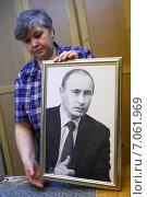 Портрет Владимира Путина. Гобелен в рамке с изображением В.Путина (2012 год). Редакционное фото, фотограф yeti / Фотобанк Лори