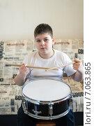 Купить «Подросток играет на барабане дома», фото № 7063865, снято 25 февраля 2015 г. (c) Володина Ольга / Фотобанк Лори