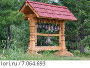Купить «Деревянная скульптура с колоколами на фоне леса», фото № 7064693, снято 13 августа 2013 г. (c) Светлана Попова / Фотобанк Лори