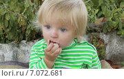 Купить «Маленькая девочка ест кусочек шашлыка», видеоролик № 7072681, снято 6 октября 2014 г. (c) Потийко Сергей / Фотобанк Лори