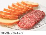 Сырокопченая колбаса и хлеб на тарелке. Стоковое фото, фотограф Яна Королёва / Фотобанк Лори