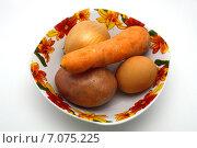 Продукты для салата в тарелке на белом фоне. Стоковое фото, фотограф Марат Тайгильдин / Фотобанк Лори