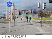 """Купить «Пешеходный переход,дорожный знак """"велосипедная дорожка"""",светофоры в Вене. Австрия», эксклюзивное фото № 7076017, снято 8 февраля 2014 г. (c) stargal / Фотобанк Лори"""