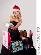 Купить «Красивая девушка в новогоднем колпаке с подарками», фото № 7076113, снято 23 октября 2012 г. (c) Сергей Буторин / Фотобанк Лори