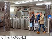 """Купить «Пассажиры проходят через турникеты на станцию метро """"Киевская""""», эксклюзивное фото № 7076421, снято 21 февраля 2015 г. (c) Константин Косов / Фотобанк Лори"""