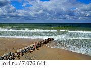 Купить «Морской пейзаж с волнорезом», фото № 7076641, снято 20 июля 2013 г. (c) Сергей Трофименко / Фотобанк Лори