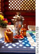 Самовар стоит на столе с синей скатертью. Стоковое фото, фотограф Ольга Коркина / Фотобанк Лори