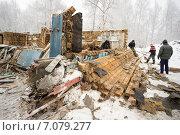 Купить «Разборка стены старого деревянного дома», фото № 7079277, снято 26 февраля 2015 г. (c) Алексей Маринченко / Фотобанк Лори