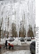 Висящие сосульки на козырьке подъезда. Стоковое фото, фотограф Андрей Забродин / Фотобанк Лори