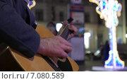 Руки уличного музыканта, играющего на гитаре. Крупный план. Стоковое видео, видеограф Арташес Оганджанян / Фотобанк Лори
