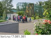 Купить «Экскурсионная группа идёт в зоопарке на фоне клетки с орлами», фото № 7081381, снято 28 августа 2013 г. (c) Светлана Попова / Фотобанк Лори