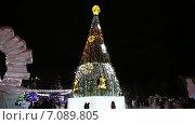 Купить «Новогодняя елка на площади Нижнего Тагила. Россия», видеоролик № 7089805, снято 21 февраля 2018 г. (c) Евгений Ткачёв / Фотобанк Лори