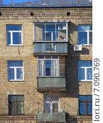 Купить «Восьмиэтажный пятиподъездный кирпичный жилой дом. Улица Алабяна, 5. Москва», эксклюзивное фото № 7090769, снято 16 февраля 2015 г. (c) lana1501 / Фотобанк Лори