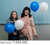 Счастливые женщина и юная девушка стоят с воздушными шариками в руках. Стоковое фото, фотограф Игорь Низов / Фотобанк Лори
