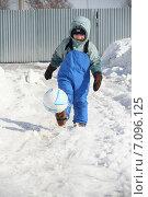 Мальчик играет в футбол зимой. Стоковое фото, фотограф Евгений Пивоваров / Фотобанк Лори