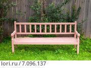 Старая скамейка стоит на зеленой траве. Стоковое фото, фотограф EugeneSergeev / Фотобанк Лори