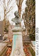 Купить «Могила социалиста Поля Луи Мари Брусе (Paul Brousse, 1844-1912) на кладбище Пер-Лашез (Pere Lachaise) в Париже, Франция», фото № 7097809, снято 21 февраля 2015 г. (c) Иван Марчук / Фотобанк Лори
