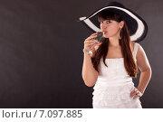 Купить «Красивая девушка пьет шампанское», фото № 7097885, снято 17 ноября 2010 г. (c) Мария Разумная / Фотобанк Лори