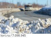 Купить «Грязный снег на обочине дороги», фото № 7098945, снято 9 марта 2015 г. (c) Икан Леонид / Фотобанк Лори
