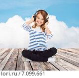 Купить «happy girl with headphones listening to music», фото № 7099661, снято 31 июля 2013 г. (c) Syda Productions / Фотобанк Лори