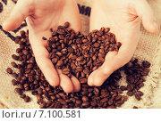 Купить «man holding coffee beans», фото № 7100581, снято 22 марта 2013 г. (c) Syda Productions / Фотобанк Лори