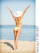 Купить «girl in bikini posing on the beach», фото № 7101537, снято 11 июля 2013 г. (c) Syda Productions / Фотобанк Лори
