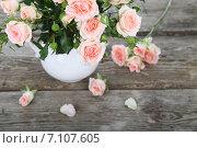Купить «Букет розовых роз в вазе на деревянном столе», фото № 7107605, снято 6 марта 2015 г. (c) Елена Блохина / Фотобанк Лори