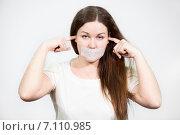 Купить «Женщина с заклеенным ртом и заткнутыми ушами», фото № 7110985, снято 28 февраля 2015 г. (c) Кекяляйнен Андрей / Фотобанк Лори