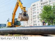 Купить «Использование экскаватора в качестве крана для поднятия трубы», фото № 7113753, снято 31 июля 2013 г. (c) Сергей Буторин / Фотобанк Лори