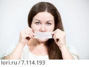 Купить «Женщина клеит себе на рот ленту в знак протеста», фото № 7114193, снято 28 февраля 2015 г. (c) Кекяляйнен Андрей / Фотобанк Лори