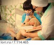 Купить «Семейный врач проводит мальчику сессию ингаляций», фото № 7114465, снято 3 марта 2015 г. (c) Astroid / Фотобанк Лори
