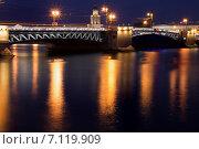 Санкт-Петербург. Вид на Дворцовый мост с набережной (2014 год). Редакционное фото, фотограф Руслан Шувалов / Фотобанк Лори